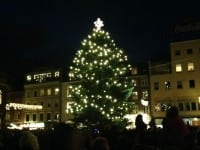 Et juletræ tændes