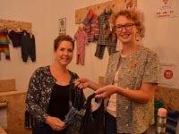 1. Koordinator Michala Bruun-Givskud (tv.) og projektleder The Rehnholt Mammen viser deres upcyclede poser, syet af genbrugstøj frem.